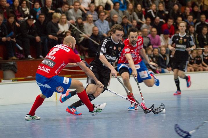 Perttu Koljonen SPV:n ykkösvitjan ympäröimänä. Koovee peluutti viime kauden puolivälierissä kolmosketjua mestareiden ykköstä vastaan. Kuva: Topi Naskali