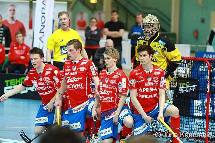 Petri Hakonen (muurissa oikea laita) korvaa Lauri Stenforsin miesten Ruotsi-otteluissa. Kuva: Juha Käenmäki