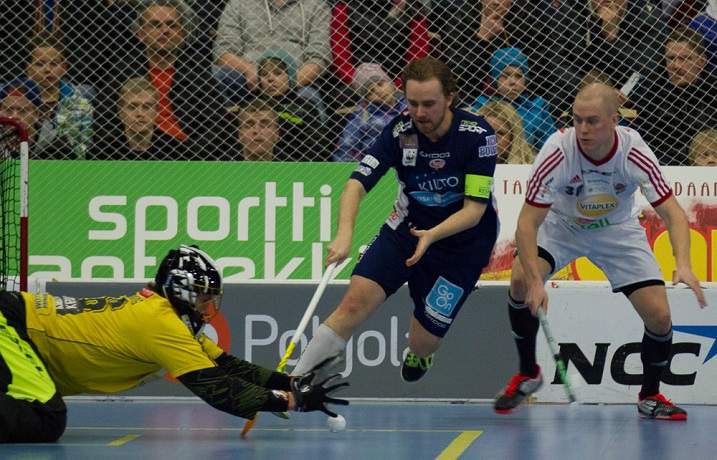 Lauri Stenfors (oik.) on noussut rytinällä Salibandyliigan puolustajaeliittiin. Stenfors löytyy parhaiden pelaajien listan sijalta viisi. Kuva: Topi Naskali