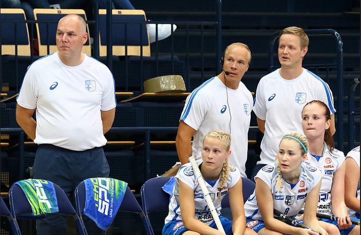 Tuuli Huuskonen (vas.) oli vahvassa vireessä heti ensimmäisessä maaottelussaan ja iski kaksi maalia Ruotsin verkkoon. Kuva: Mika Hilska