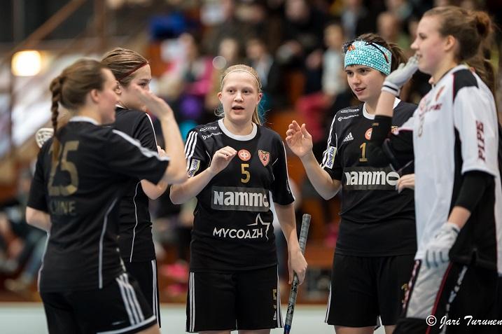 Veera Kaupin (kesk.) otteita kannattaa mennä katsomaan naisten Salibandyliigassa. Kuva: Jari Turunen