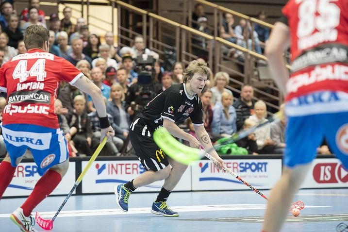 Happeen Veli-Matti Hynynen iski neljästi pallon ohi SPV:n Jarno Ihmeen. Kuva: Esa Jokinen