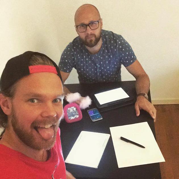 Asser Jääskeläinen ja Juha Kivilehto käsikirjoituspuuhissa.