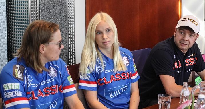 SC Classic aloittaa Champions Cupin pelit suoraan välieristä. Kuvassa vasemmalta oikealle Katriina Saarinen, Nina Rantala ja Veli-Matti Koivunen. Kuva: Salibandyliiga