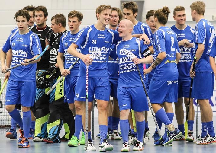Vuosijuhliaan viettänyt M-Team juhli lauantaina kauden avausvoittoaan miesten Salibandyliigassa.  Kuva: Juhani Järvenpää