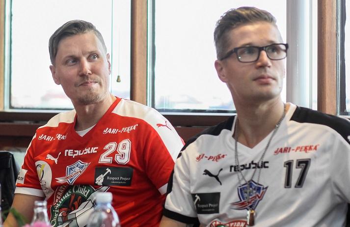 Mikko Kohosesta (oik.) tuli tiistaina miesten Salibandyliigan runkosarjan kaikkien aikojen pistekärki. Kuva: Salibandyliiga