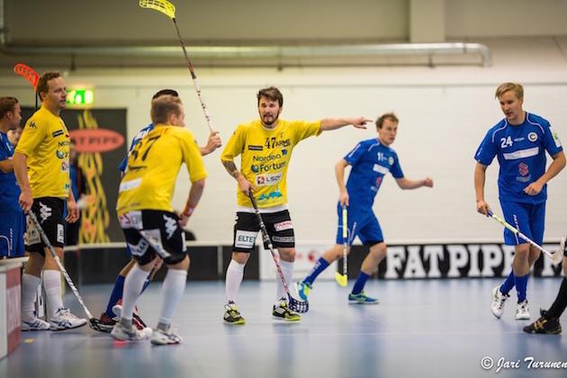 Viime kaudella keltapaitaista Loviisan Toria edustanut Tuomas Savukoski (#47) pelaa tänään kauden ensimmäisen ottelunsa Salibandyliigassa. Arkistokuva: Jari Turunen.