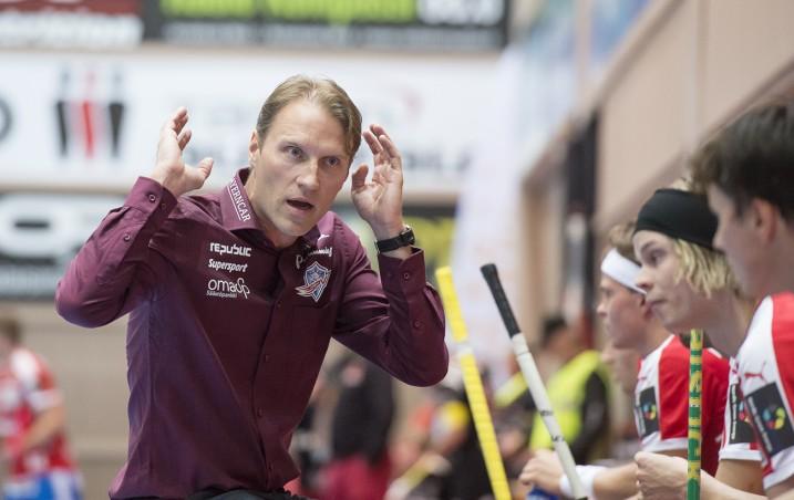 SPV:n päävalmentajan Tommy Koposen mukaan joukkue on tehnyt riittävän määrän maaleja otteluissa, mutta puolustus ei ole toiminut odotetun lailla. Kuva: Esa Jokinen