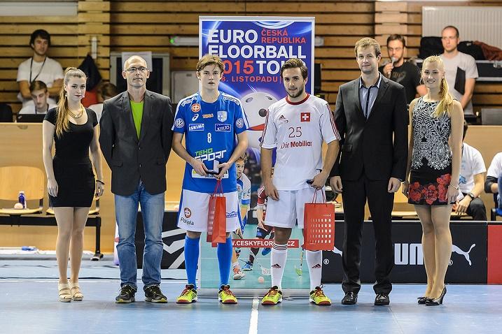 Eetu Sorvali valittiin Suomen parhaaksi pelaajaksi, kun Suomen U19-maajoukkue kaatoi Sveitsin lukemin 8-3. Kuva: Cesky florbal