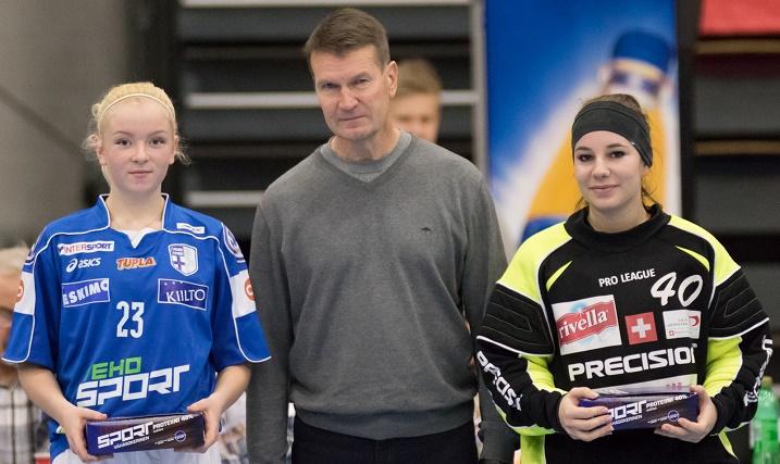 Erkka Westerlund seurasi Suomen tyttöjen otteita Tampereen EFT-turnauksessa. Westerlund jakoi Suomi-Sveitsi-ottelun parhaiden pelaajien palkinnot. Kuva: Salibandyliiga