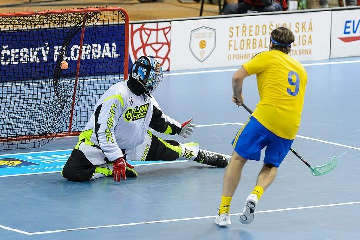 Alexander Galante Carlström oli ainoa  onnistuja Suomen ja Ruotsin välisessä rankkarikisassa. Kuva: Cesky florbal
