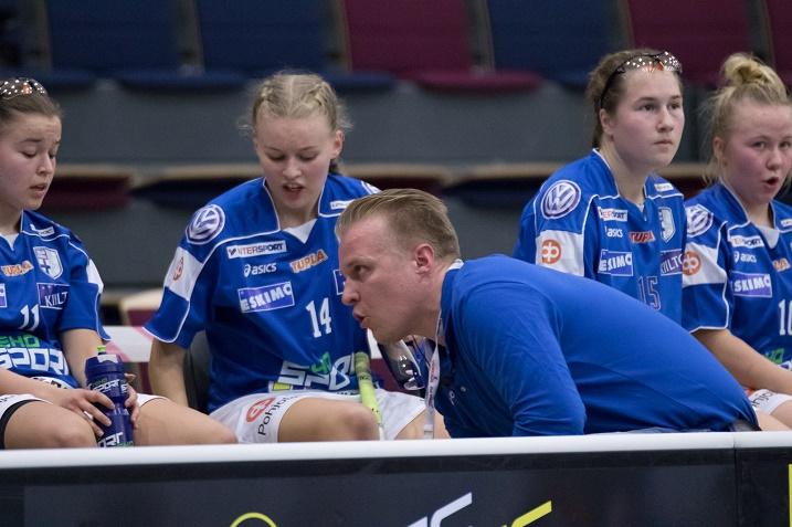 Suomen U19-tyttöjen päävalmentaja Jukka Kouvalainen oli tyytymätön erityisesti joukkueen vaihtorytmiin. Kuva: Salibandyliiga