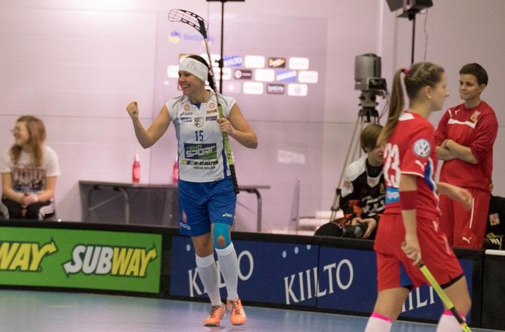 Marianne Hannonen pääsi tuulettamaan tekemäänsä maalia kahdesti Tampereella. Kuva: Salibandyliiga