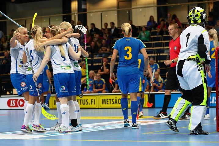 Suomen naisten maajoukkue pelaa tulevana viikonloppuna viimeiset maaottelut ennen joulukuun MM-kotikisoja. Kuva: Salibandyliiga