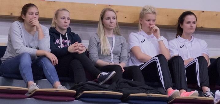 Oona Kauppi (vas.) ja Eliisa Alanko (kesk.) seurasivat Tampereen EFT-turnausta katsomon puolelta. Kuva: Salibandyliiga
