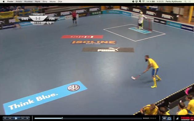 Kuvat 6 ja 7: Sentteri tekee sivuttaisliikkeen pallon kanssa ja pudottaa pelivälineen toiselle puolustajalle -> sentteri jatkaa liikkeen pystyyn.
