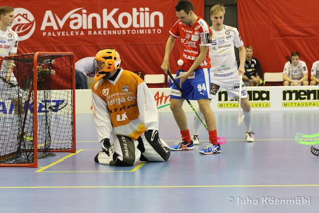 Sami Koski pelasi palloa kädellään ennen 9-6 -johtomaalin syntymistä. Kuva: Juha Käenmäki.