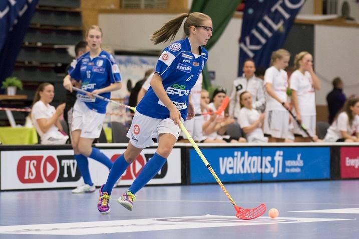 Suomen tyttöjen U19-salibandymaajoukkueessa pelaava Daniela Westerlund tähtää korkealle peliurallaan. Kuva: Salibandyliiga