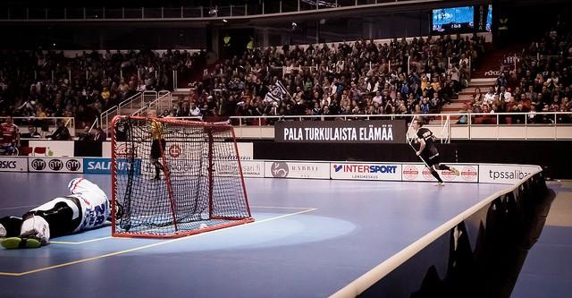 Jaakko Hautamäki on juuri hassuttanut rankkarin verkon perukoille. Kuva: Anssi Koskinen.