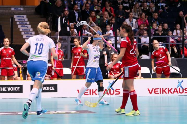 Suomen Alisa Pöllänen (kesk.) on kovassa maalivireessä. Sveitsiä vastaan syntyi hattutemppu. Kuva: IFF