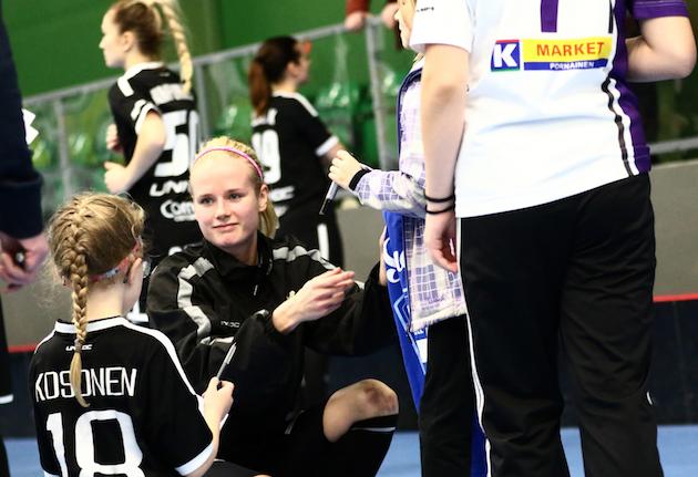 Naisten MM-hopeamitalistien nimikirjoitukset olivat haluttuja Vantaan Campo Sport Centerissä SB-Pro–PSS-ottelun yhteydessä. Kuvassa nimmarihommissa Elina Kujala. Kuva: Juhani Järvenpää