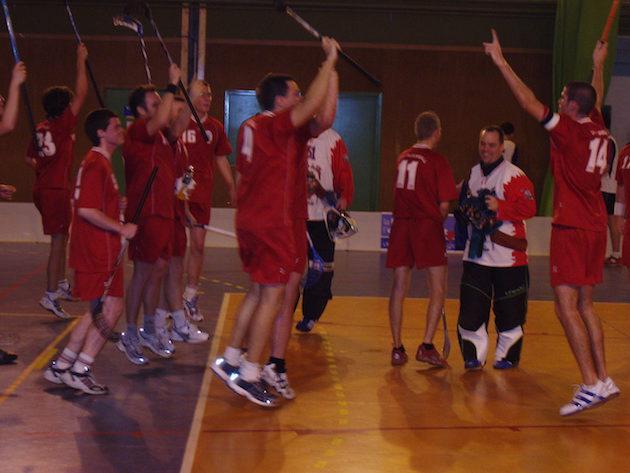 Lyon Floorball Clubin ensimmäistä voittoa juhlittiin riehakkaalla tanssilla. Kuva: Nicolas Lévrier