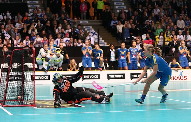 Ruotsin juhlat alkoivat, kun Amanda Johansson Delgado siirti pallon rystyltä verkkoon. Kuva: IFF