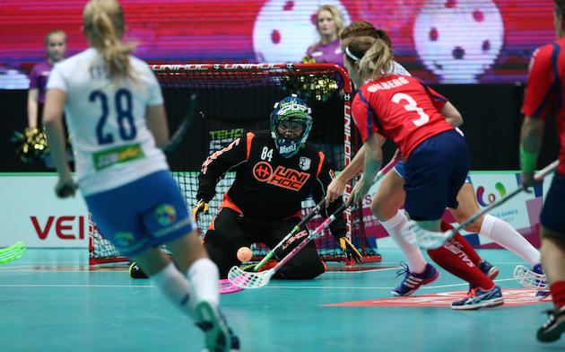 Jonna Mäkelä on torjunut Suomen kaksi ensimmäistä peliä - tänään pelivuorossa on Laura Loisa. Kuva: IFF.