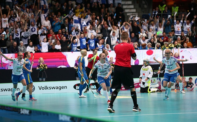 Silja Eskelinen vei Suomen 1-2-johtoon ensimmäisessä erässä. Ruotsi vei voiton lopulta rangaistuslaukaisukilpailussa. Kuva: IFF