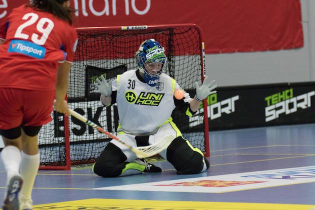 Laura Loisa torjui Rönnbyn ensimmäisellä Ruotsin liigakaudellaan maan superfinaaliin. Arkistokuva: Salibandyliiga.