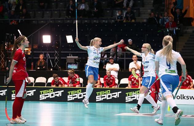 Sanni Nieminen aloitti Suomen maalinteon Puolaa vastaan. Maali oli Niemisen ensimmäinen naisten MM-tasolla. Kuva: IFF/Ville Vuorinen