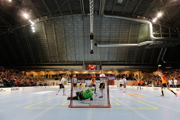 Täysin poikkeuksellinen tempaus Viikinkien ottelusiirto ei ole, sillä Lahden Suurhallissa on pelattu aikaisemmin mm. maaotteluita sekä tehty viime tammikuussa Divarin yleisöennätys, kun kotiottelunsa Lahteen siirtänyt LaSB ja hämeenlinnalainen Steelers vetivät katsomoon 1335 katsojaa. Kuva: Mika Virtanen