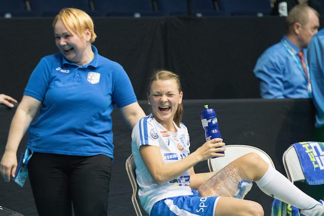 Mia Karjalaisen kelpaa hymyillä, sillä reisi kestää pelaamisen turnauksen tärkeimmissä peleissä. Kuva: Ville Vuorinen.