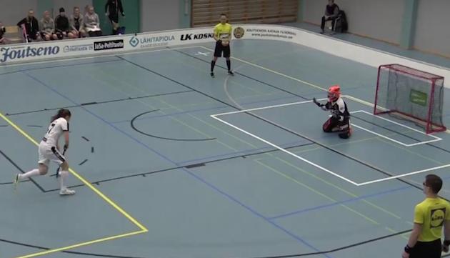 Karoliina Ahtiainen teki kolme maalia Happeen verkkoon - yhden varsin erikoisella juoksurankkarilla. Kuva: Kuvakaappaus videolta.