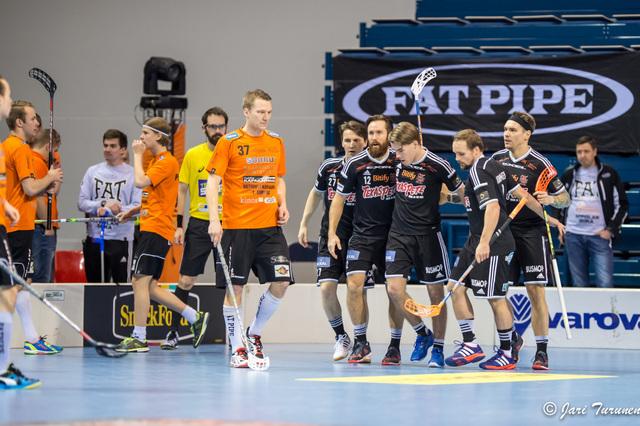 Antti Sihlman (nro. 37) näki, että oman ketjun peli meni lähinnä omassa päässä pyörimiseksi. Kuva: Jari Turunen