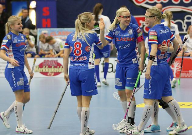 Nina Rantala (kapteeninnauha kädessä) johtaa naisten liigan pistepörssiä. 15 ottelussa on syntynyt tehot 31+20=51. Arkistokuva: Esa Takalo