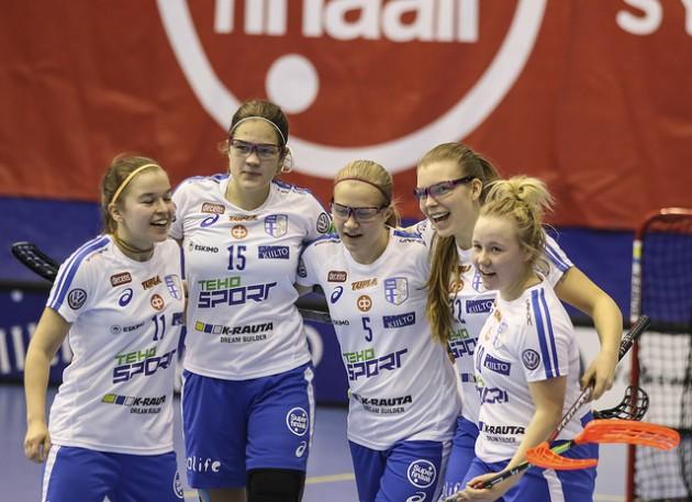 Suomi voitti Ruotsin ottelun jälkeisessä rangaistuslaukauskilpailussa. Kuva: Salibandyliiga