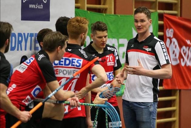 Esa Jussila (oik.) ja Janne Hulmi (2. oik.) kohtaavat kovimman mahdollisen haasteen puolivälierissä. Kuva: Erwin Keller / unihockey.ch.