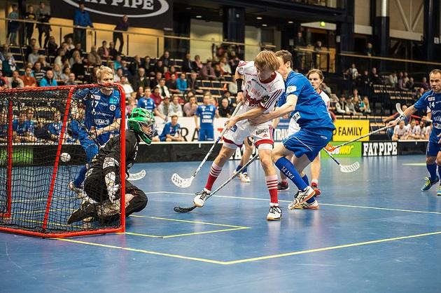 Tuttu näky viime vuosilta: Viikingit laittaa pallon Erän maaliin. Tässä työnäytteen antaa edellisessä kohtaamisessa Harri Forsten. Kuva: Salibandyliiga