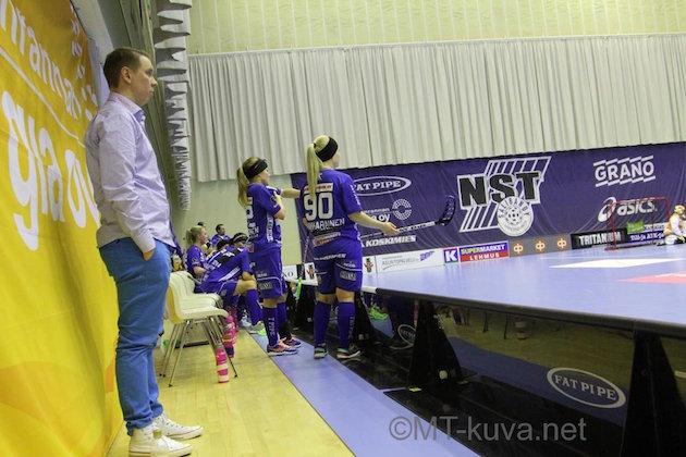 Katse kohti uusia haasteita. NST:n naisten valmentamisen tämän kauden jälkeen jättävä Lasse Kurronen on naisten maajoukkueen uusi päävalmentaja. Kuva: Markku Taurama / mt-kuva.net