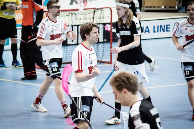 Niclas Meyer (valk. #10) oli man of the match tänään Turussa. Kuva: Anssi Koskinen.