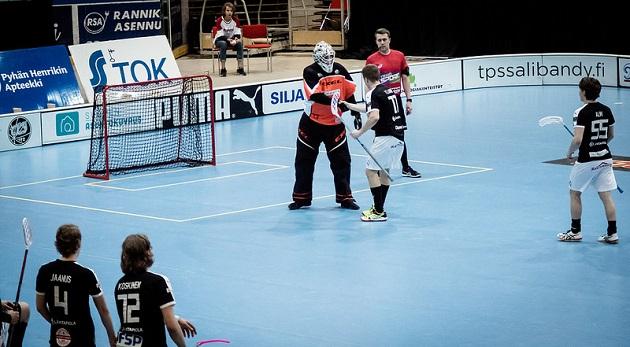 Näin lämpimästi kiittivät Ville Laine ja Pyry Luukkonen toisiaan 6-3-maalin jälkeen. Kuva: Anssi Koskinen