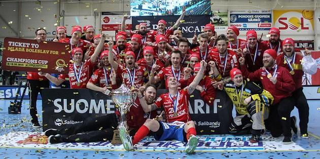 Viime kausi päättyi näihin tunnelmiin miesten Salibandyliigan osalta. Kevään 2016 puolivälierät käynnistyvät tänään keskiviikkona. Kuva: Mika Hilska