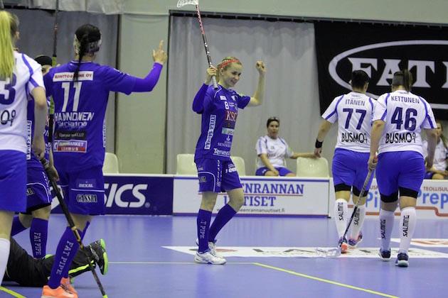 NST:n Jaana Lirkki kuritti lauantaina urakalla valkopaitaista M-Teamiä. Kuva: Markku Taurama / mt-kuva.net