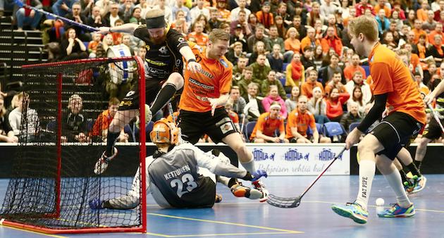 Antti Sihlman, 36,  (oranssipaitainen vasemmalla) kuuluu LaSB:n kokeneeseen kaartiin. Kuva: Juhani Järvenpää