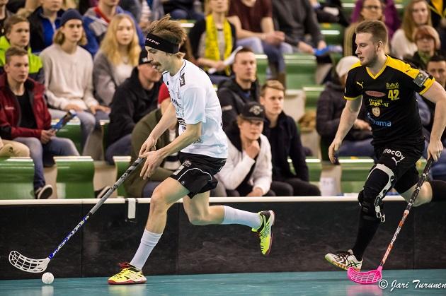 Mies, viikset, kieli ulkona ja avausfinaalissa 2+2. Tino Nivala oli liekeissä. Kuva: Jari Turunen
