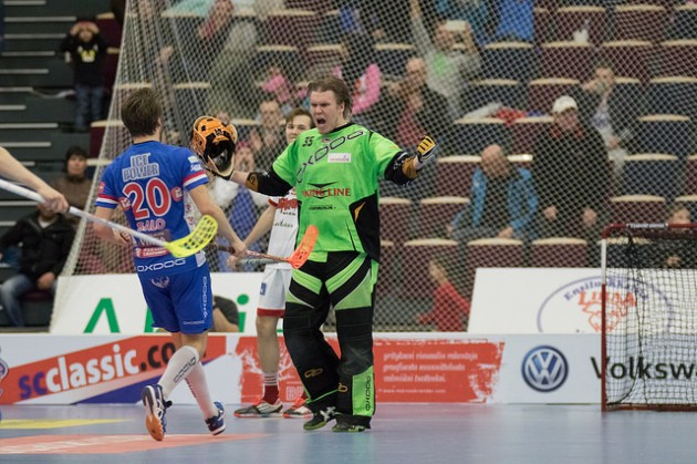 Lassi Toriseva torjui Viikinkien Roni Laasosen (taustalla) rangaistuslaukauksen kolmannessa välieräottelussa. Kuva: Salibandyliiga