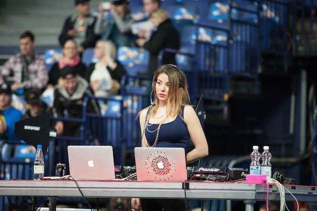 Superfinaali-tapahtumassa DJ:nä toimii Amanda Harkimo. Kuva: Salibandyliiga.