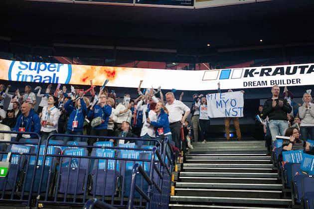 Lappeenrannan NST:n fanipääty piti mukavasti ääntä ottelun avauserässä. Kuva: Salibandyliiga.
