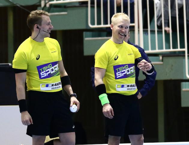 Nämä herrat jakavat oikeutta salibandyn miesten Superfinaalissa. Kuva: Juhani Järvenpää